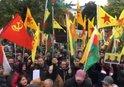 KÖLN'DE SKANDAL GÖRÜNTÜ! PKK'LILAR YPG FLAMALARI İLE EYLEM YAPTI