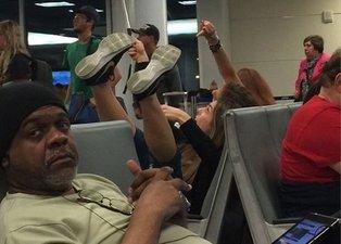 Havaalanında rezalet! Görenler dönüp bir daha baktı...