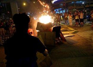 Hong Kong'da sokaklar savaş alanına döndü! Gerilim tırmanıyor...