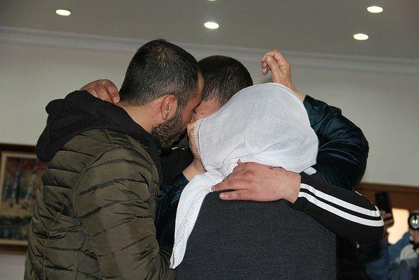 Son dakika: Diyarbakır'daki evlat nöbeti: HDP binası önündeki 2 aile daha evladına kavuştu 3