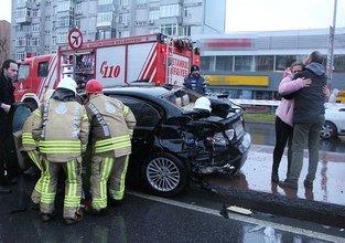 Kaza yapan yakının kurtarılmasını gözyaşlarıyla izledi