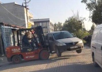 Manisa'da tuhaf olay: Aracın yolu kapatmasına sinirlenip forkliftle kaldırıp kenara bıraktı