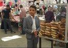 12 yaşındaki Şevket, pazarda simit satarak okul harçlığını çıkarıyor
