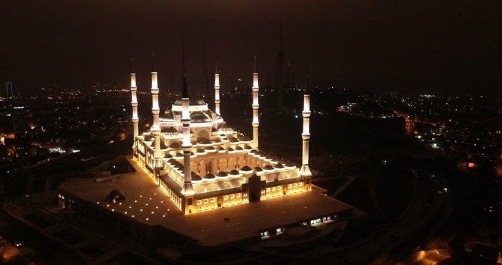 Çamlıca Cami'de ilk ezan okundu
