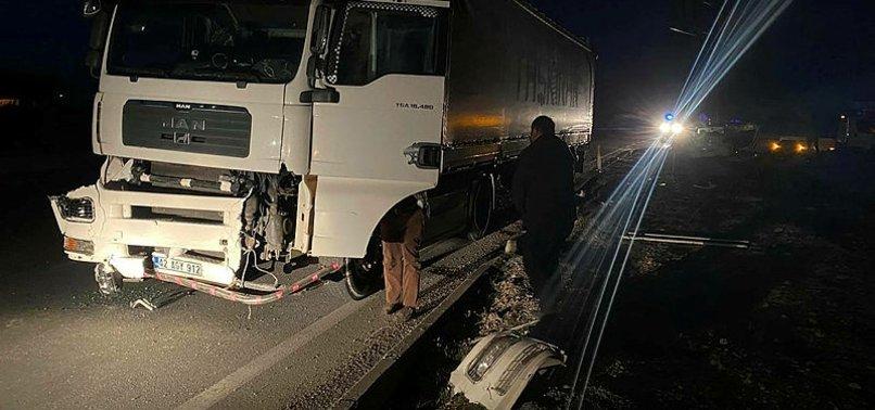 Afyonkarahisar'da TIR ile otomobil çarpıştı: 3 ölü, 2 yaralı