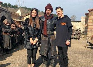 Diriliş Ertuğrul setine Mesut Özil ve Amine Gülşe sürprizi
