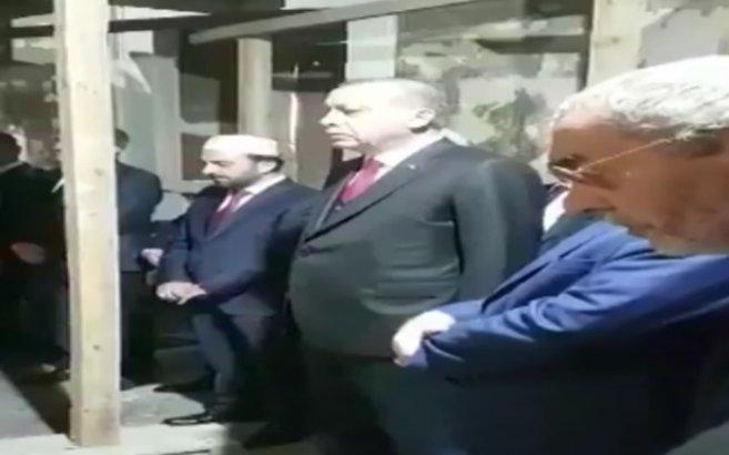 Cumhurbaşkanı Erdoğan Fetihler Sultanı Fatih Sultan Mehmet Han'ın kabrinde Kur'an okudu ile ilgili görsel sonucu