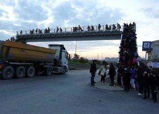 Hafriyat kamyonları öğrencilerin kabusu oldu! Okul yolunda tedirgin eden görüntüler