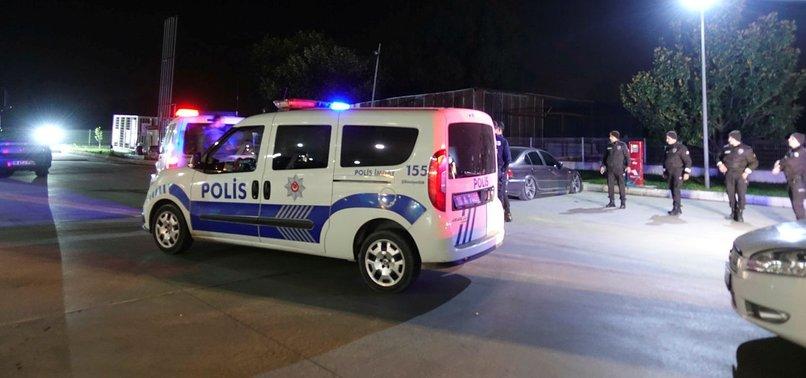 'DUR' İHTARINA UYMAYAN ŞÜPHELİLER ATEŞ AÇTI: 1 POLİS YARALANDI
