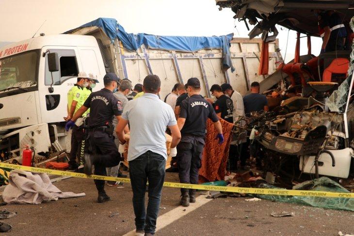 Yolcu otobüsü kamyona çarparak ortadan ikiye ayrıldı! Soma'daki feci kazada yeni detay