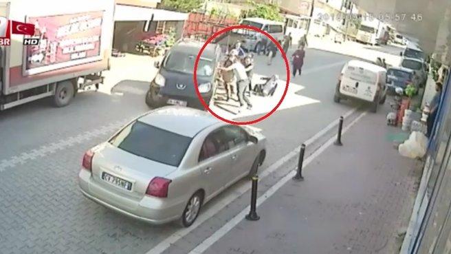 Damada pusu kurdular! Sokak ortasında öldüresiye dövdüler